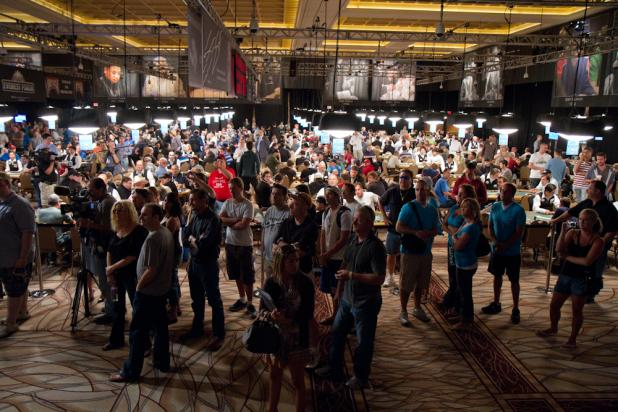 Players and Fans Wait For the Start of the WSOP Main Event